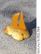 Купить «Янтарный парусник на цельном куске янтаря», эксклюзивное фото № 6002564, снято 5 июня 2014 г. (c) Шуньята Антонова / Фотобанк Лори