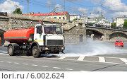 Поливальная машина моет дорогу около Большого Каменного моста (2014 год). Редакционное фото, фотограф Валерия Попова / Фотобанк Лори