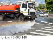 Купить «Радуга на струе поливальной машины, моющей дорогу», фото № 6003140, снято 12 июня 2014 г. (c) Валерия Попова / Фотобанк Лори