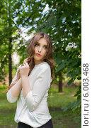 Задумчивая молодая женщина в парке. Стоковое фото, фотограф Natalia Bogdanova / Фотобанк Лори
