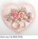 Свадебные кольца на салфетке в форме сердца. Стоковое фото, фотограф Виктор Аксёнов / Фотобанк Лори