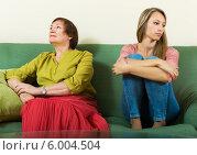 Купить «Ссора взрослой дочери и пожилой мамы», фото № 6004504, снято 23 мая 2014 г. (c) Яков Филимонов / Фотобанк Лори