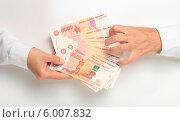 Купить «Одна рука протягивает деньга, а другая захватывает», эксклюзивное фото № 6007832, снято 14 июня 2014 г. (c) Яна Королёва / Фотобанк Лори