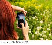 Купить «Женщина фотографирует пейзаж на смартфон», фото № 6008072, снято 1 июня 2014 г. (c) Елена Медведева / Фотобанк Лори