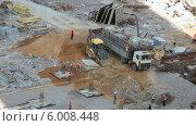 Купить «Кран разгружает автомобиль со строительными материалами на стройплощадке», видеоролик № 6008448, снято 14 июня 2014 г. (c) Кекяляйнен Андрей / Фотобанк Лори