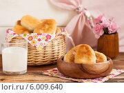 Купить «Домашние жареные пирожки в деревянной миске», фото № 6009640, снято 14 июня 2014 г. (c) Лариса Дерий / Фотобанк Лори