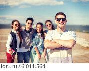 Купить «Молодой человек - лидер компании тинейджеров стоит, скрестив руки на груди», фото № 6011564, снято 20 июля 2013 г. (c) Syda Productions / Фотобанк Лори