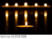 Купить «Чайная свеча на фоне пяти размытых горящих свечей», фото № 6018508, снято 22 января 2014 г. (c) Anton Kozyrev / Фотобанк Лори