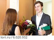 Купить «Молодой мужчина пришел к девушке с цветами и подарком», фото № 6020932, снято 5 марта 2014 г. (c) Яков Филимонов / Фотобанк Лори