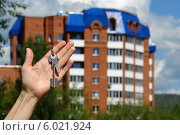 Купить «Мужская рука с ключами на фоне дома», фото № 6021924, снято 14 июня 2014 г. (c) Dmitry Domashenko / Фотобанк Лори