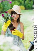 Купить «Привлекательная дачница сажает цветы в саду», фото № 6022824, снято 7 декабря 2019 г. (c) BE&W Photo / Фотобанк Лори
