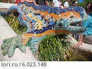 Купить «Испания. Барселона. Парк Гуэлль. Знаменитая мозаичная  ящерица в стиле Антонио Гауди», эксклюзивное фото № 6023148, снято 16 сентября 2013 г. (c) Svet / Фотобанк Лори