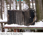 """Купить «Старая гармошка """"Бологовка"""" на деревянной скамье в снегу», фото № 6023216, снято 1 января 2008 г. (c) Любовь Назарова / Фотобанк Лори"""