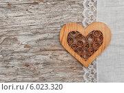 Купить «Деревянное сердце на старом деревянном фоне», фото № 6023320, снято 17 декабря 2013 г. (c) Darkbird77 / Фотобанк Лори