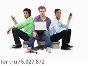 Купить «студенты с телефонами и ноутбуком», фото № 6027872, снято 8 февраля 2011 г. (c) Phovoir Images / Фотобанк Лори