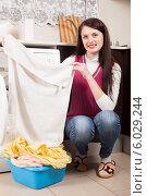 Купить «Девушка загружает белье в стиральную машинку», фото № 6029244, снято 17 января 2014 г. (c) Яков Филимонов / Фотобанк Лори