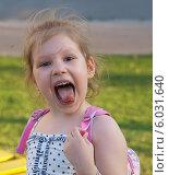 Купить «Девочка корчит рожу и показывает язык», фото № 6031640, снято 25 мая 2014 г. (c) SevenOne / Фотобанк Лори