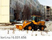 Трактор убирает придомовую территорию от снега (2014 год). Редакционное фото, фотограф Маркин Роман / Фотобанк Лори