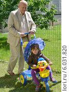 Купить «Дедушка катает внучку на детском велосипеде», фото № 6031820, снято 22 июня 2014 г. (c) Ирина Борсученко / Фотобанк Лори