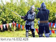 Сражающиеся рыцари в средневековых доспехах (2009 год). Редакционное фото, фотограф Хельга Танг / Фотобанк Лори