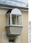 Небольшой пластиковый балкон с элегантной полукруглой крышей. Стоковое фото, фотограф Михаил Хорошкин / Фотобанк Лори