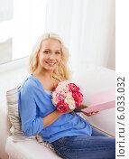 Привлекательная блондинка с букетом цветов сидит на диване. Стоковое фото, фотограф Syda Productions / Фотобанк Лори
