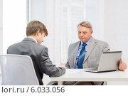 Два бизнесмена подписывают документы в офисе. Стоковое фото, фотограф Syda Productions / Фотобанк Лори