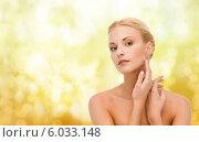 Красивая девушка с ухоженной кожей положила руки на шею. Стоковое фото, фотограф Syda Productions / Фотобанк Лори