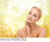 Купить «Красивая девушка с ухоженной кожей положила руку на шею», фото № 6033152, снято 9 марта 2013 г. (c) Syda Productions / Фотобанк Лори