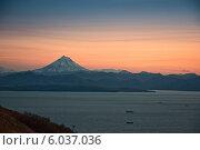 Купить «Вилючинский вулкан над Авачинской бухтой в обрамлении вечерней зари. Камчатка.», фото № 6037036, снято 7 октября 2006 г. (c) Александр Лицис / Фотобанк Лори