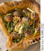 Печёный картофель со спаржей и чесноком. Стоковое фото, фотограф Ольга Лепёшкина / Фотобанк Лори