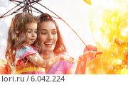 Купить «Счастливые мама и дочь под осенним дождём», фото № 6042224, снято 22 июня 2014 г. (c) Константин Юганов / Фотобанк Лори