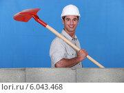 Купить «Mason with shovel building wall», фото № 6043468, снято 18 марта 2011 г. (c) Phovoir Images / Фотобанк Лори