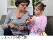 Mother and daughter knitting. Стоковое фото, фотограф Phovoir Images / Фотобанк Лори