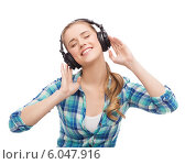 Купить «young woman listening to music in headphones», фото № 6047916, снято 12 февраля 2014 г. (c) Syda Productions / Фотобанк Лори