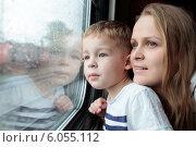 Купить «Мать и сын смотрят в окно поезда», фото № 6055112, снято 11 мая 2014 г. (c) Данил Руденко / Фотобанк Лори
