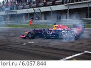 Купить «Показательные выступления команды Формула 1 Red Bull Racing с российским пилотом Даниилом Квятом на гонках Мировая серия Рено на трассе Moscow Raceway, 29 июня 2014», фото № 6057844, снято 29 июня 2014 г. (c) Николай Винокуров / Фотобанк Лори