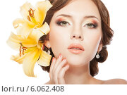 Купить «Красивая девушка с ярким макияжем, прической и лилиями», фото № 6062408, снято 26 июня 2014 г. (c) Вера Франц / Фотобанк Лори