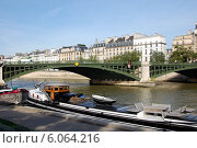 Купить «Мост Нотр-Дам в Париже, Франция», фото № 6064216, снято 21 октября 2013 г. (c) Светлана Колобова / Фотобанк Лори
