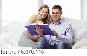 Купить «Happy family reading book at home», видеоролик № 6070116, снято 26 декабря 2013 г. (c) Syda Productions / Фотобанк Лори