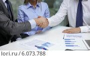 Купить «Two businessmen shaking their hands», видеоролик № 6073788, снято 12 ноября 2013 г. (c) Syda Productions / Фотобанк Лори