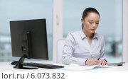 Купить «Woman with computer, papers and calculator», видеоролик № 6073832, снято 20 декабря 2013 г. (c) Syda Productions / Фотобанк Лори