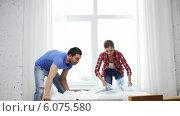 Купить «Smiling couple opening big cardboard box», видеоролик № 6075580, снято 31 января 2014 г. (c) Syda Productions / Фотобанк Лори