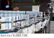 Купить «Технологическая линия по производству молока в упаковке Tetra-Pak», фото № 6089136, снято 18 сентября 2013 г. (c) Александр Замараев / Фотобанк Лори