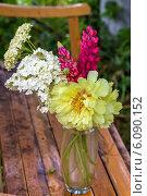 Купить «Букет желтых пионов в вазе на деревянной скамейке», фото № 6090152, снято 29 июня 2014 г. (c) Ольга Сейфутдинова / Фотобанк Лори