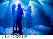 Купить «Люди танцуют в ночном клубе», фото № 6090216, снято 28 июня 2014 г. (c) Юлия Шангареева / Фотобанк Лори