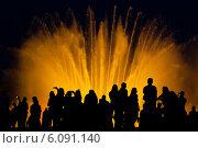 Купить «Силуэты люде на фоне танцующие фонтаны в Барселоне ночное шоу», фото № 6091140, снято 5 октября 2013 г. (c) Андрей Горбачев / Фотобанк Лори