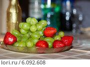 Купить «Праздничные фрукты», фото № 6092608, снято 5 июля 2014 г. (c) Юлия Бурдакова / Фотобанк Лори