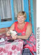 Купить «Пожилая женщина с деньгами в руках», фото № 6093076, снято 25 июня 2014 г. (c) Типляшина Евгения / Фотобанк Лори