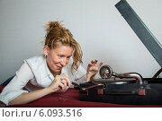 Купить «Женщина ищет порт для носителя у патефона», фото № 6093516, снято 12 июня 2013 г. (c) Михаил Ворожцов / Фотобанк Лори